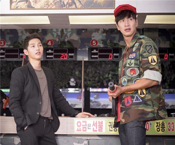 """Để ủng hộ cậu bạn thân Song Joong Ki, Lee Kwang Soo đồng ý trở thành khách mời đầu tiên của Descendants of the Sun. Vai diễn nhân viên bán hàng """"ngố tàu"""" không khác gì chàng Hươu trong Running Man mang lại không ít tiếng cườ cho khán giả."""