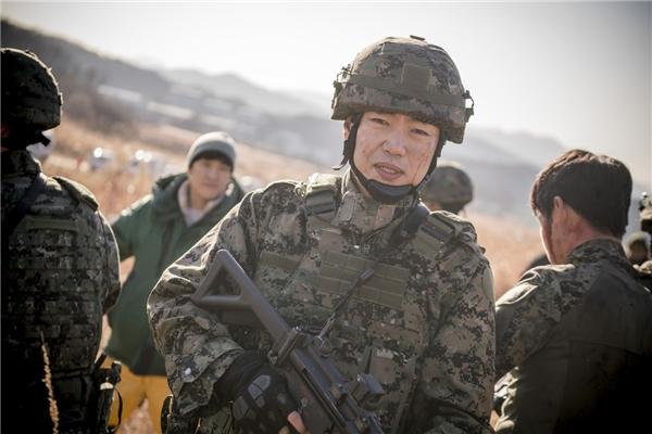 """Để tỏ lòng biết ơn đến với biên kịch Kim Eun Sook - đồng thời cũng là """"mẹ đẻ"""" của A Gentleman's Dignity, nam diễn viên Lee Jong Hyuk nhận lời tham gia vào vai một quân nhân dũng cảm hi sinh trong cuộc chiến bảo vệ đất nước."""