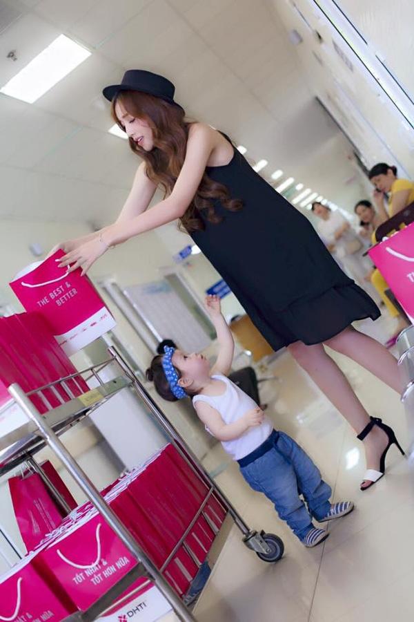 Suốt thời gian trước khi sinh, Elly lựa chọn trang phục váy áo dáng suông form rộng để khéo léo che đi bụng bầu. - Tin sao Viet - Tin tuc sao Viet - Scandal sao Viet - Tin tuc cua Sao - Tin cua Sao