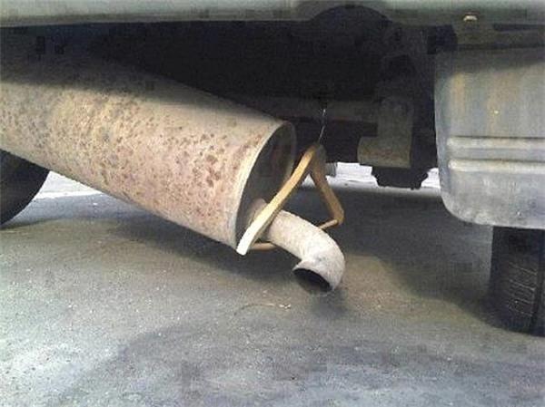 Đến móc treo đồ cũng được tận dụng để sửa xe.