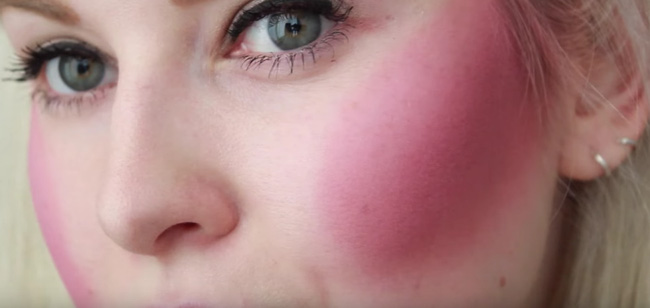 Phiên bản trang điểm 100 lớp với phấn má hồng khiến các cô gái trông như vừa bị tán.