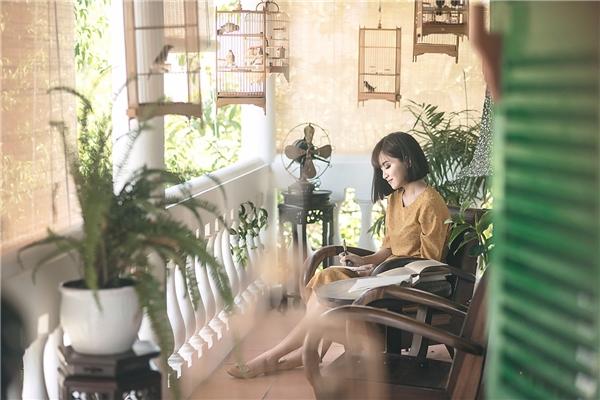 MV Gửi anh xa nhớđược quay tại Hội An với những thước phim cùng góc quaychọn lọc kĩlưỡng, nhằm thể hiện màu sắc sang trọng, đậm chất thơ mà Bích Phương mong muốn.