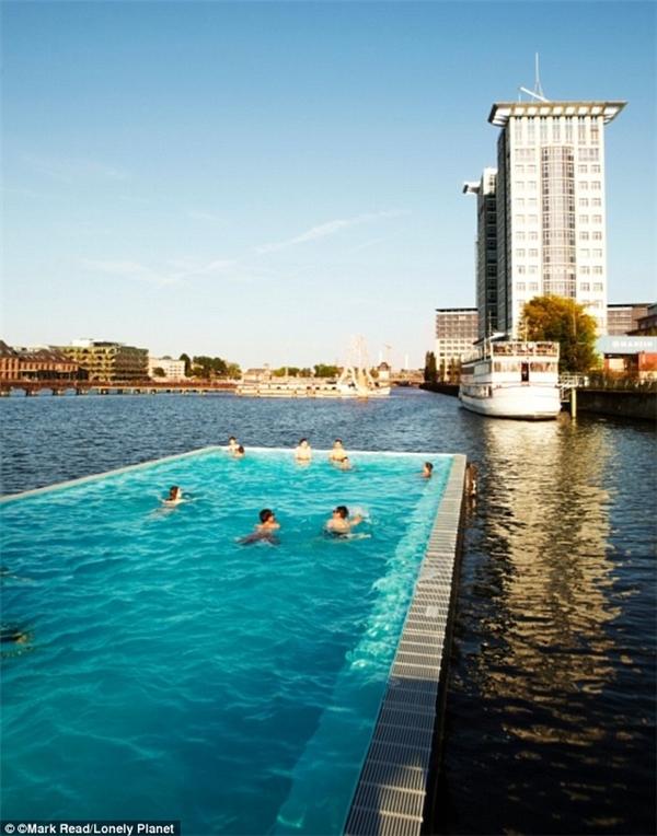 Badeschiff – bể bơinổi tiếng ở khu vực sông Spree.(Ảnh: Lonely Planet)