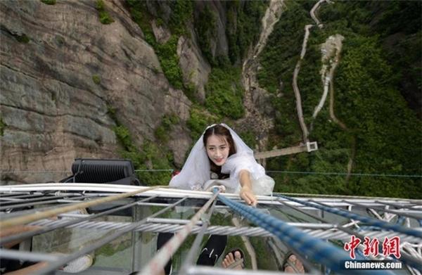 Thót tim cặp đôi tổ chức đám cưới