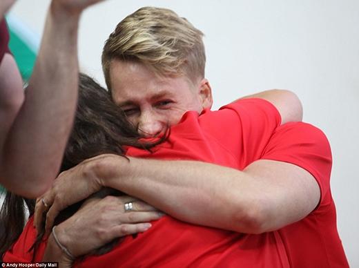 Tuy nhiên anh đãnhanh chóngbỏ qua điềuđó mà ăn mừng bằng cách ôm chầm lấy mẹ của Tom.