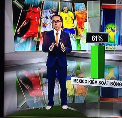 MC Khắc Cường cũng để chân trầntrong lúcbình luậnchương trình thể thao.