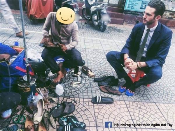 """Không lẽ từ giờ phải đi... """"rình"""" những chỗ đánh giày để được ngắm trai Tây hay sao?!"""