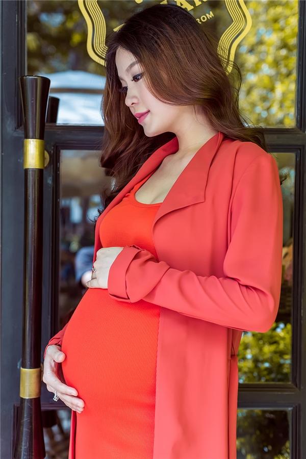 Trong thời gian mang bầu, Diễm Trang chọn mặcnhững bộ cánh màu sắc sặc sỡ để tạo cảm giác tươi mới, vui mắt.