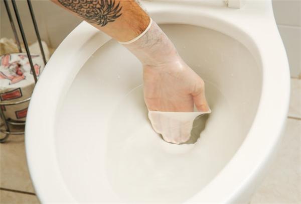Dùng làm bao tay khi bạn muốn cọ rửa nhà vệ sinh, băng bó vết thương… mà không có sẵn bao tay cao su chuyên dụng.