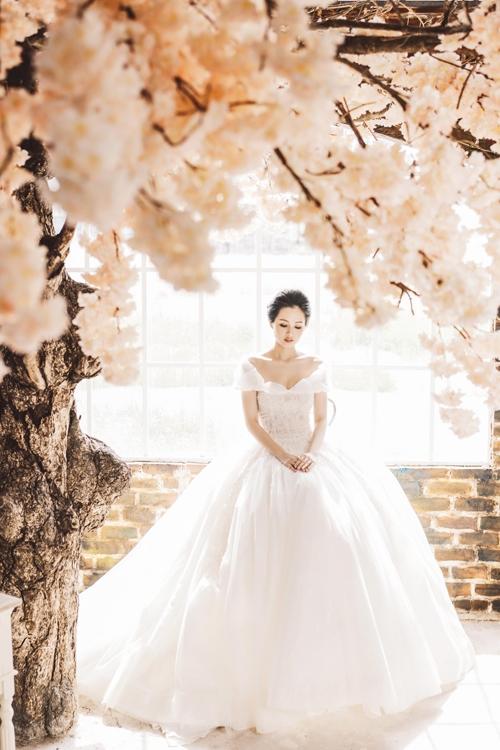 Bà mẹ một con khoe vai trần quyến rũ trong chiếc váy trắng với phom xòe cổ điển. Chi tiết trễ vai là xu hướng hot nhất mùa thời trang Xuân - Hè năm nay được ứng dụng vào nhiều loại trang phục.