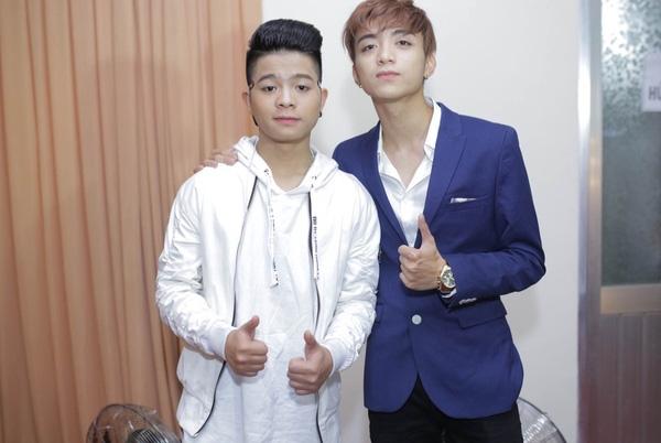 Quán quânQuang Anh(trái) chụp ảnh cùng Soobin Hoàng Sơn khi cùng tham gia một sự kiện âm nhạc. - Tin sao Viet - Tin tuc sao Viet - Scandal sao Viet - Tin tuc cua Sao - Tin cua Sao