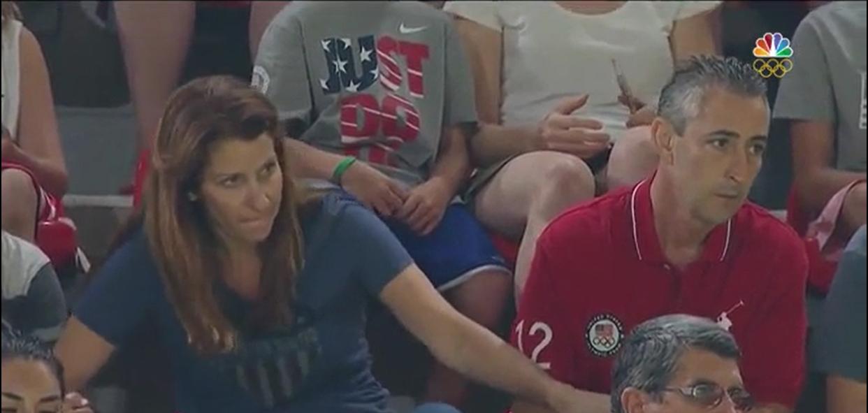 Hai ông bà Raisman vô cùng chăm chú theo dõi trận đấu.