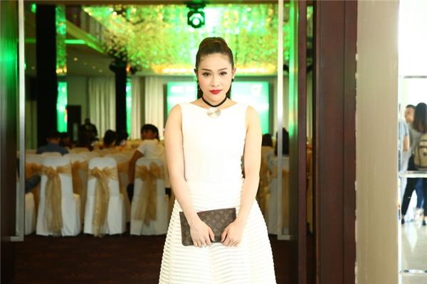 Nữ diễn viên Khả Như - bạn gái Khương Ngọc đằm thắm trong chiếc đầm trắng sang trọng đến chúc mừng chương trình.