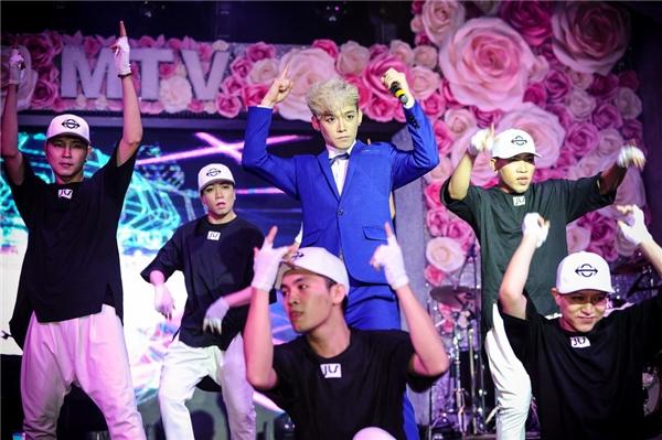 JIS thể hiện ca khúc Hot & Good trên sân khấu