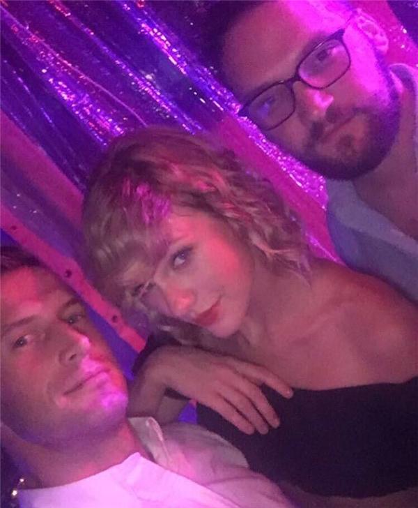 Khỏi phải nói người hâm mộ của cô nàng sướng rơn khi thấy Taylor quay về tóc cũ.