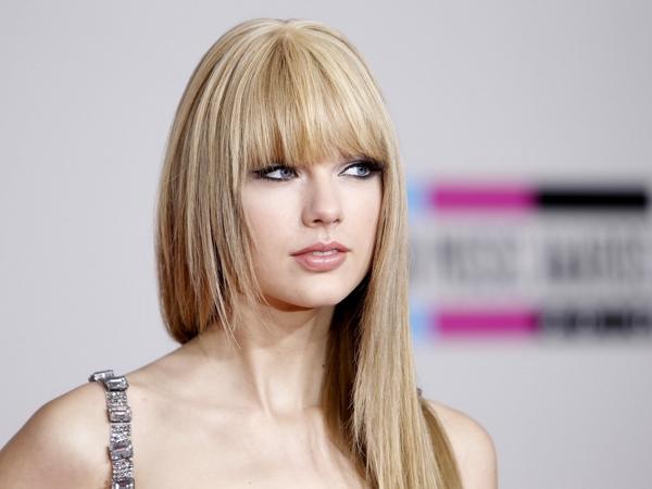Sau tất cả Taylor đã để lại mái tóc xoăn công chúa huyền thoại