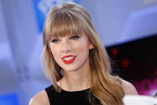 Taylor bước đầu thay đôi với mái tóc được duỗi thẳng và nhuộm màu sáng.