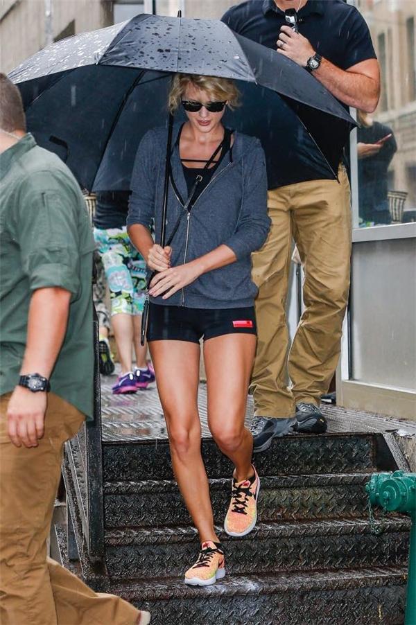Sự trở lại với mái tóc xoăn tít này của Taylor đã được người hâm mộ ủng hộ nhiệt tình.