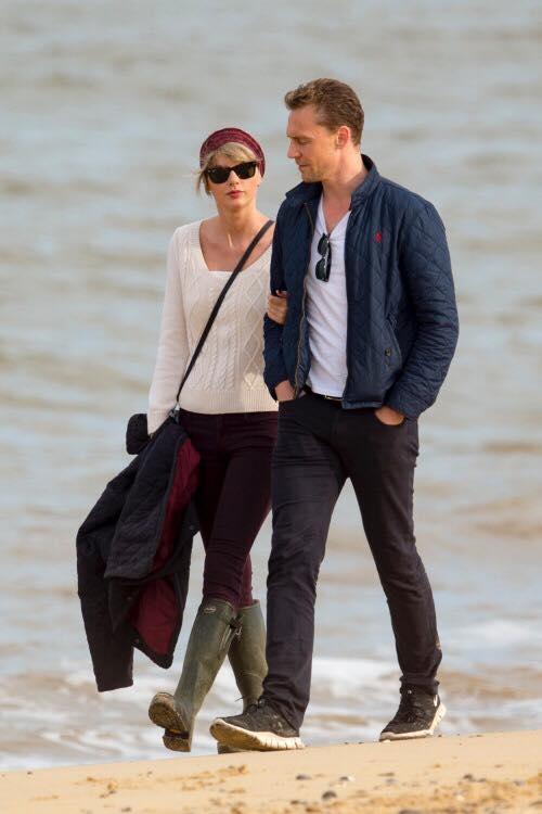 Fans của cô nàng tinh ý phát hiện từ khi hẹn hò cùng Tom, phong cách của Taylor đã bắt đầu thay đổi theo phong cách thanh lịch và kín đáo chứ không gợi cảm như hồi quen Calvin Harris.