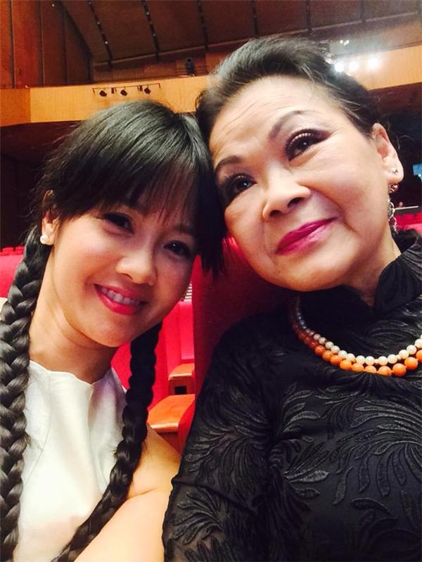 Điều đặc biệt năm nay, Hồng Nhung được hòa giai điệu yêu thương cùng hai danh ca hát nhạc Trịnh nổi tiếng làKhánh Ly- Lệ Thu, với đêm nhạc Nhớ mùa thu Hà Nội.
