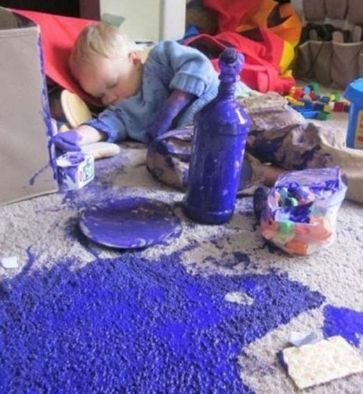 Những đứa trẻ cực kì thích thú với màu sắc, chúng có thể bôi nólên khắp người và đổ ra khắp sàn.