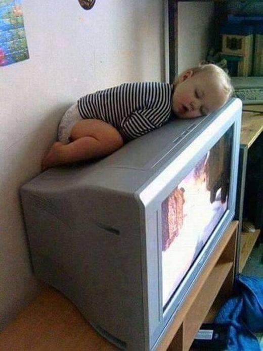 """Trẻ con chính là có thể ngủ bất cứ đâu, nhất là những chỗ ấm áp lại """"du dương"""" thế này."""