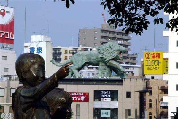 """Bức tượng này chỉ nhầmchỗ """"hiểm"""" của sư tử mất rồi."""