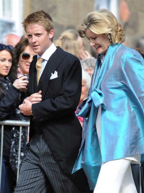 Hugh và mẹ cùng nhau tham dự đám cưới của công nương Melissa.
