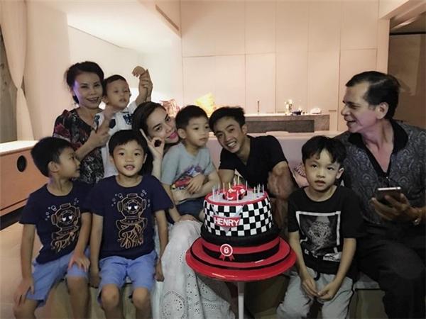 Hình ảnh vui vẻ của cặp đôi trong tiệc sinh nhật con trai Subeo tháng 6 vừa rồi. - Tin sao Viet - Tin tuc sao Viet - Scandal sao Viet - Tin tuc cua Sao - Tin cua Sao