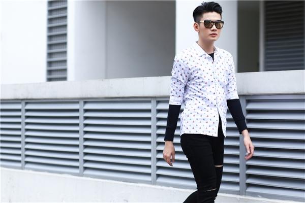 Sơ mi phối quần jeans mang màu sắc mới mẻ hơn khi đi kèm áo phông tay dài ôm sát cổ điển. Hai tông màu đen, trắng tương phản vẫn minh chứng được sức hút mạnh mẽ bởi vẻ ngoài ưa nhìn nhưng vô cùng cá tính.