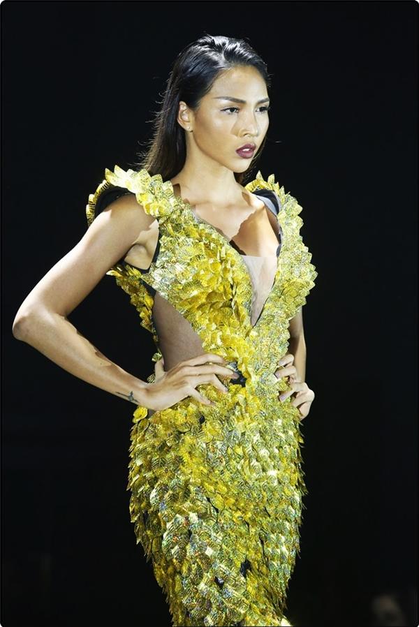 Minh Triệu đảm nhận vị trí vedette của show diễn trong bộ váy đuôi cá đắp phụ kiện ánh kim, xẻ ngực và eo.