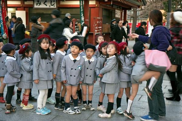 Ngoàira một số trường cũng chọn cho mình trang phục bảnh bao với mũ nồi và bộ đồng phục màu xám cách điệu, sang trọng.