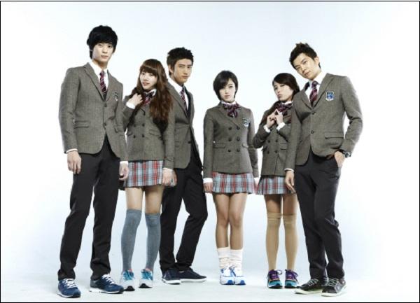 Ở Hàn Quốc, ở cấp bậc tiểu học không yêu cầu đồng phục (trừ một số trường tư), nhưng từ cấp trung học cơ sở đồng phục là bắt buộc với mỗi học sinh. Đồng phục của học sinh Hàn Quốc là sự kết hợp giữa văn hóa phương Đông và phương Tây vừa đẹp mắt, vừa phong cách và hợp thời trang với áo vest cách điệu, quần tây kết hợp với caravat ở nam; áo vest, chân váy và nơ ở nữ. Màu vải được mỗi trường lựa chọn riêng chứ không có màu sắc cố định.