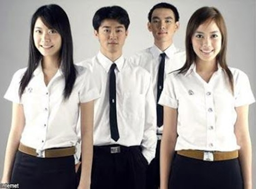 Đồng phục là bắt buộc với học sinh và cả sinh viên đại học ở Thái Lan. Trang phục của học sinh Thái Lan chú trọng phng cách nhẹ nhàng, thoải mái, các nam sinh trông lịch lãm với chiếc áo sơ mi trắng và caravat đen cùng quần âu, trong khi các bạn nữ sinh lại cực kì quyến rũ với áo trắng ôm sát người kết hợp váy xanh tím than hoặc đen.