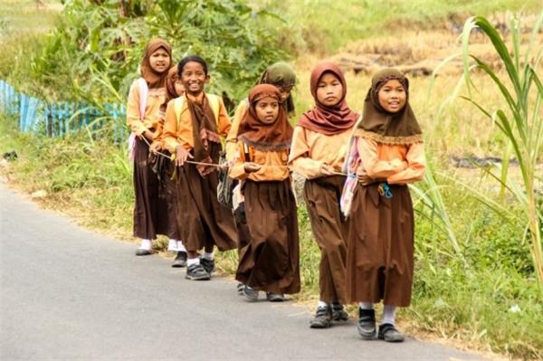 Ở Indonesia, đồng phục đi học là bắt buộc với mọi học sinh. Học sinh tiểu học mặc áo sơ mi trắng ngắn tay, nam sinh mặc quần sóc đỏ vả nữ sinh mặc chân váy dài đến dưới đầu gối. Ở cấp trung học cơ sở, đồng phục gồm 2 màu màu trắng với áo sơ mi ngắn tay của cả hai giới và màu xanh hải quân với quần nam và váy dài cho nữ. Học sinh trung học phổ thông được phân biệt với các em cấp dưới bằng màu quần/váy màu xanh đen.