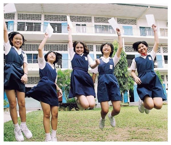Tại Malaysia, mặc đồng phục là yêu cầu bắt buộc đối với các trường công lập, đồng phục của học sinh quốc gia này có chút hơi hướng kín đáo, cẩn trọng. Các học sinh mặc chiếc áo trắng ở trên và quần hay váy xanh da trời ở dưới, các bạn cũng phải đi tất trắng và giày trắng kèm với đồng phục. Đặc biệt nếu bạn nào theo Hồi giáo sẽ mặc bộ trang phục truyền thống baju kurung và đeo thêm khăn trùm đầu trắng.