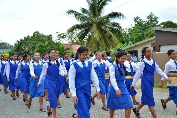 Mặc đồng phục là bắt buộc ở cả trường công lập và tư thục Ấn Độ, hiện nay Ấn Độ đang dần hiện đại hóa đồng phục học sinh, nhiều trường học chọn áo vest, sơmi, quần âu hoặc chân váy nhằm tạo sự thoải mái cho học sinh trong thời gian học tập, cũng như một bước để hòa nhập với văn hóa thế giới.