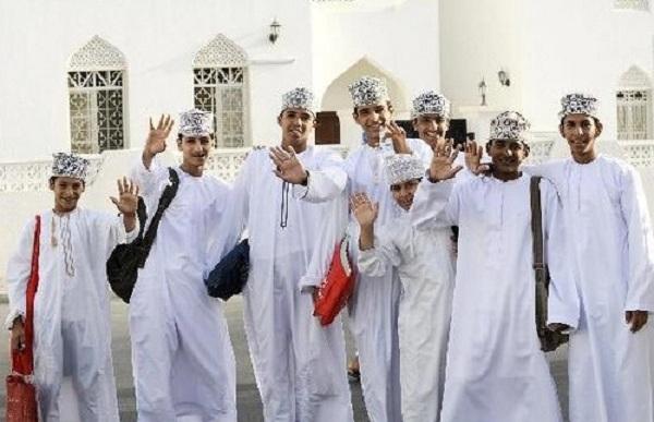 Trang phục của học sinh Oman mang đậm tính dân tộc sâu sắc. Trong khi các bạn nam mặc những chiếc áo trắng dài và đội mũ lệch thì các bạn nữ mặc quần áo truyền thống và phải đeo mạng che mặt ngay cả khi đến lớp. Đây là một phong tục lâu đời của các quốc gia theo Hồi giáo.