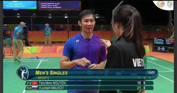 Vũ Thị Trang xuất hiện khi Tiến Minh để thua set đấu đầu tiên.