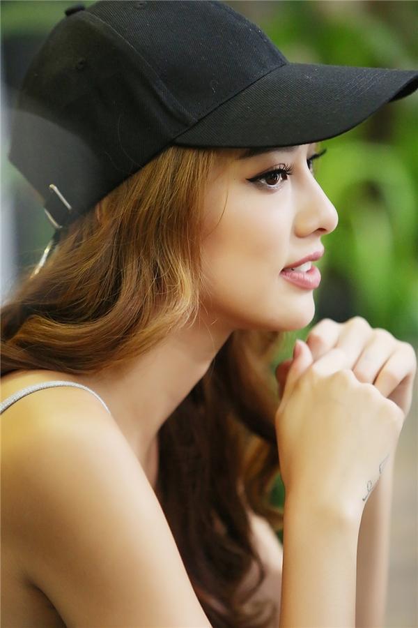 Lilly Nguyễn trong buổi giao lưu, trò chuyện với Yan News.