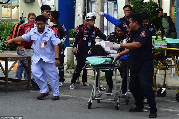Du khách ở một resort thuộc Hua Hin bị thương và hoảng loạn sau vụ nổ bom vào tối 11/8.(Ảnh: Daily Mail)