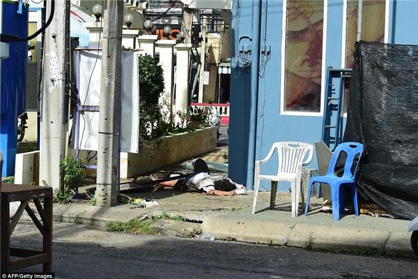 Một nạn nhân của vụ đánh bom ở Hua Hin bất tỉnh trên vỉa hè.(Ảnh: Daily Mail)