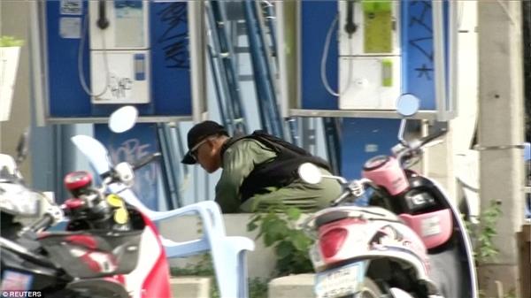 Nhân viên xử lí chất nổ kiếm tra hiện trường vụ nổ bom ở Hua Hin. Quảbom được cho là giấu trong một chậu cây.
