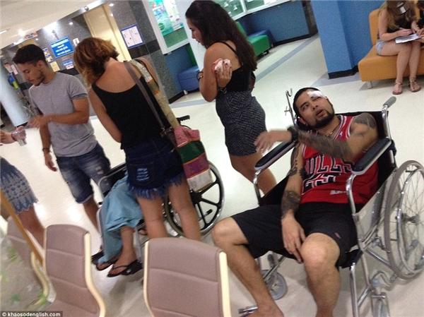 Có khoảng 8 – 9 du khách bị thương, hiện nay đã được đưa đến bệnh viện.(Ảnh: Daily Mail)