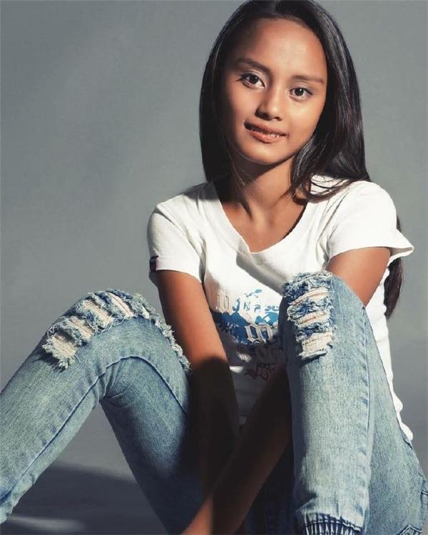 """Cô bé trông cũng rất """"ngầu và chất"""" trong trang phục áo thun, quần jeans. (Ảnh: Stephen Capuchino)"""
