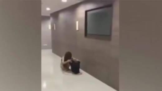 Đuổi tình nhân của chồng ra khỏi nhà, không cho mặc quần áo
