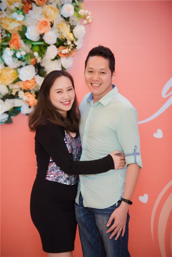 Vợ chồng ca sĩ Khánh Linh đến chúc mừng sinh nhật đàn chị. - Tin sao Viet - Tin tuc sao Viet - Scandal sao Viet - Tin tuc cua Sao - Tin cua Sao