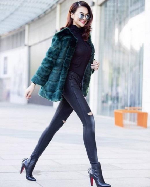 Dù chỉ diện áo phông và quần jeans thì những đôi giày như buckle sandals, gladiator sandals hay cut-out boots đều mang lại vẻ ngoài thời thượng cho street style của cô. - Tin sao Viet - Tin tuc sao Viet - Scandal sao Viet - Tin tuc cua Sao - Tin cua Sao