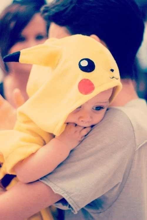 Em bé thì cũng có thể đáng yêu như thường với trang phục lấy cảm hứng từ Pokemon. Thử nhìn vào nhóc tì trong ảnh xem, bạn sẽ thấy rằng bé rất đáng yêu trong bộ quần áo của Pikachu đấy.