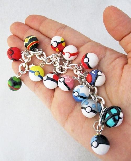 Bạn cần 1 ít phụ kiện để cho set đồ thêm hoàn chỉnh. Những chiếc lắc, vòng với các quả pokeball đủ màu sắc là một lựa chọn không tồi.